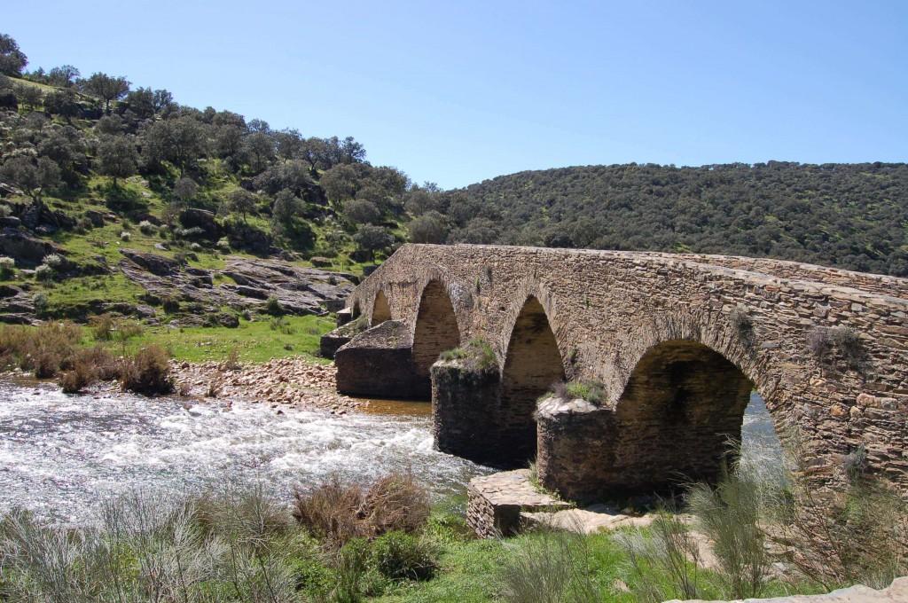 Puente del Conde con dehesa al fondo (Las Villuercas)